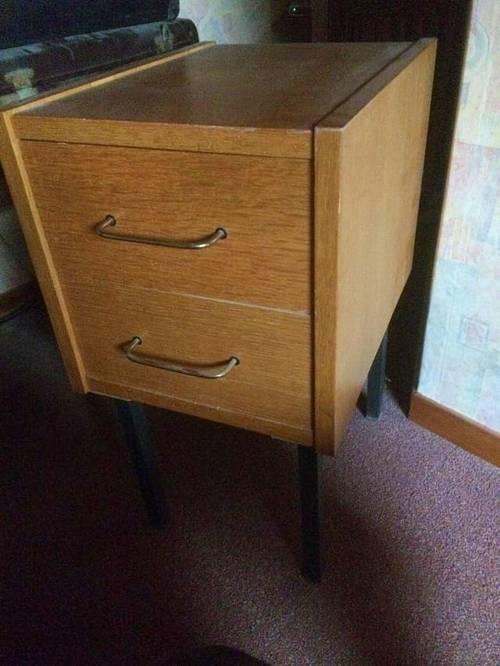 Table de chevet à deux tiroirs en bois clair