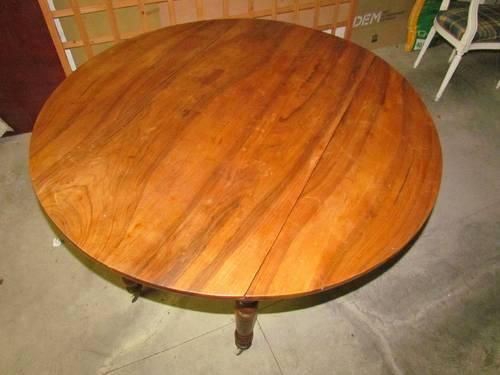 Table ronde en merisier avec rabats