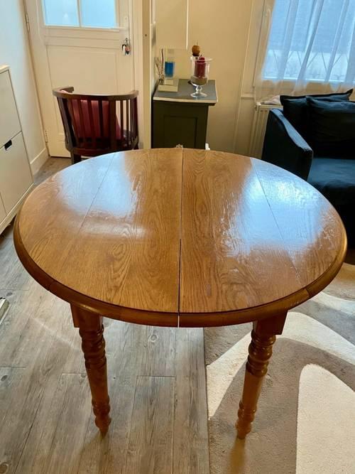 Table de salle à manger en bois massif. Pré-réservée