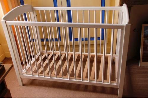 Vends Lit bébé à barreaux bois massif