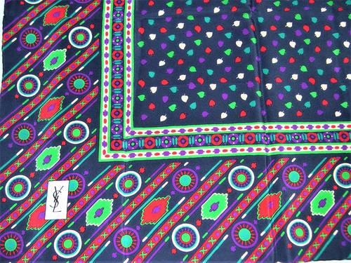 Vends joli foulard en soie vintage Yves Saint Laurent (années 80)