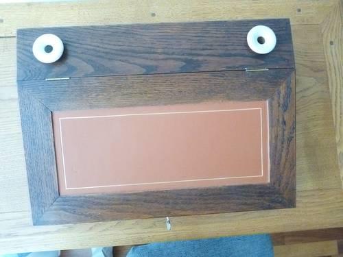 Vends écritoire en chêne, dessus cuir, 2encriers