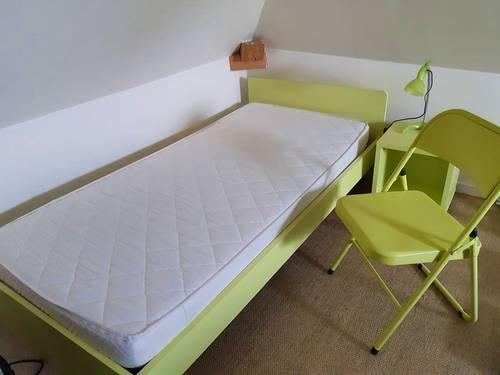 Vends lit enfant (90X190cm), chevet, lampe et chaise