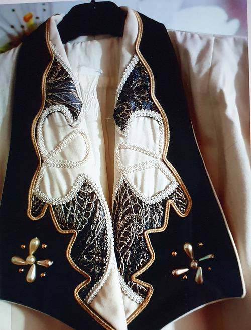 Vends très jolie veste chic, avec broderies et perles 42/44