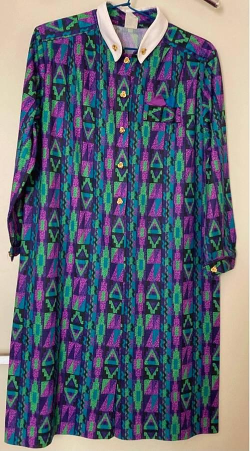 Vends robe manches longues motifs verts mauves et col blanc Taille XL