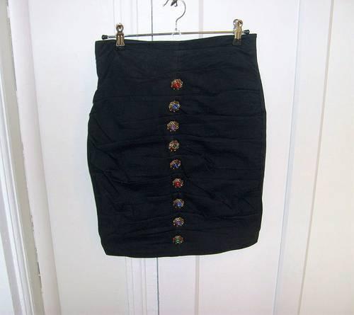 Vends jupe noire aux boutons bijoux, Rectangle Blanc (taille 38)