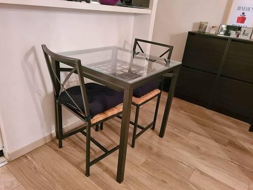 Vends Table en verre et fer forgé noire + 2chaises
