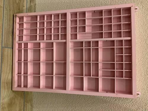 Vends tiroir d'imprimerie rose pâle, différentes tailles de cases